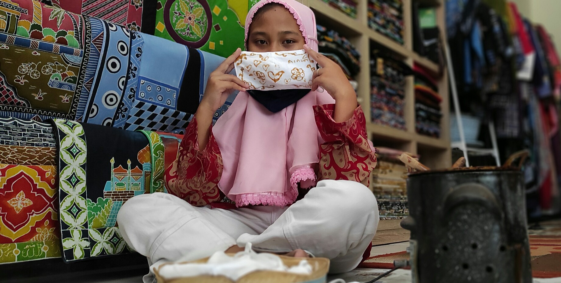 Pelajar SD Buat Masker Bermotif Batik
