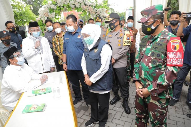 Pastikan Patuhi Prokes, Khofifah Langsung Pantau TPS 08 di Kebomas Gresik