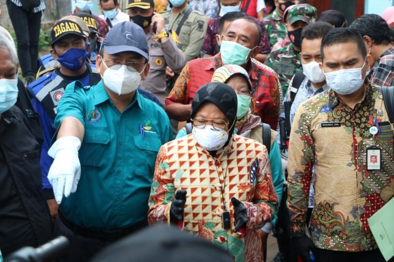 Risma Kunjungi Lokasi Penyerahan Bantuan Sosial di Mojokerto
