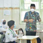 Pemkot Surabaya Berikan Dua Fasilitas Pembelajaran Sekolah