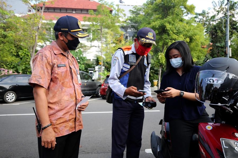 Dishub Surabaya Mulai Terapkan Pembayaran Retribusi Parkir dengan Qris