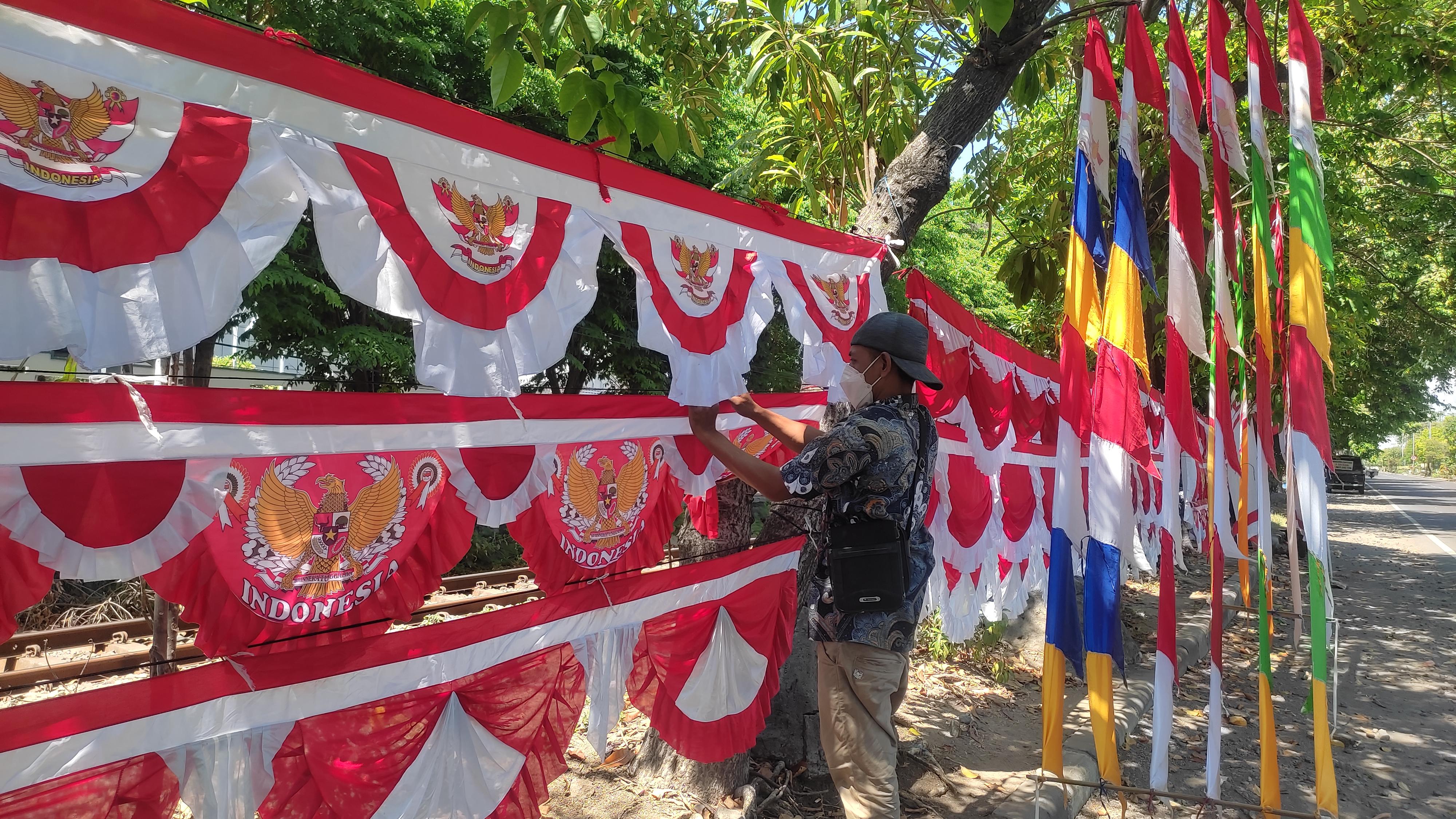 Tahun Kedua Penjual Bendera Musiman Sepi Pembeli
