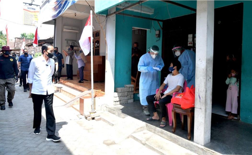 Jokowi Sambangi Madiun, Tinjau Program Vaksinasi Pintu ke Pintu